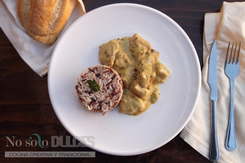 Pollo al curry con arroz salvaje
