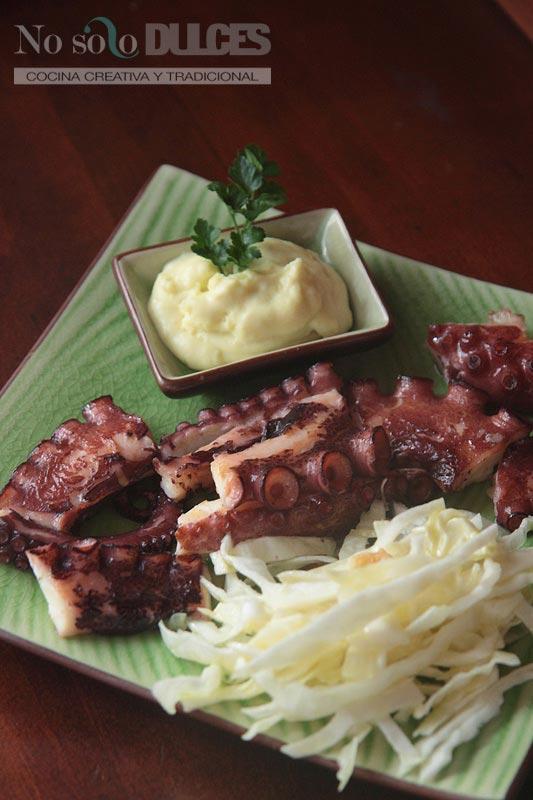 No solo dulces – Pulpo a la plancha con alioli de patata y ensalada de col
