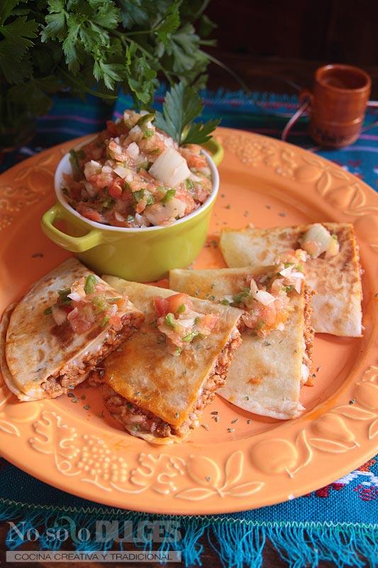 Quesadillas mexicanas con carne, salsa de tomate y queso (A mi manera)