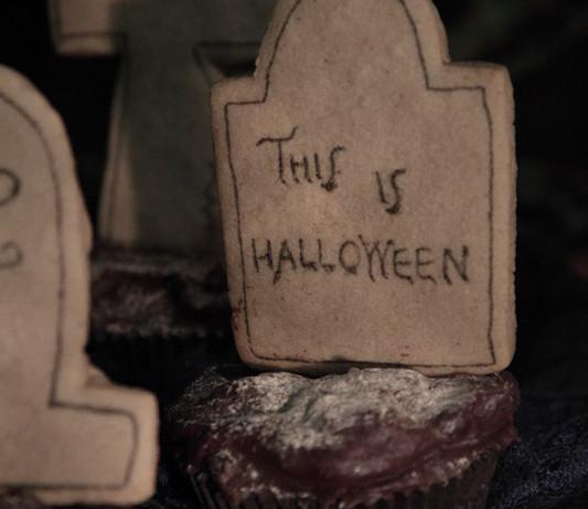Cementerio de cupcakes de calabaza y chocolate con galletas de jengibre [This is Halloween]