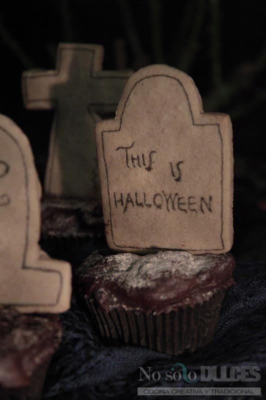 Cementerio de cupcakes de calabaza y chocolate con galletas de jengibre [This is Halloween]