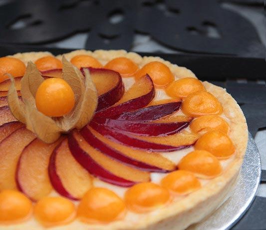 Tarta tradicional de physalis (alquequenjes), ciruelas y crema pastelera