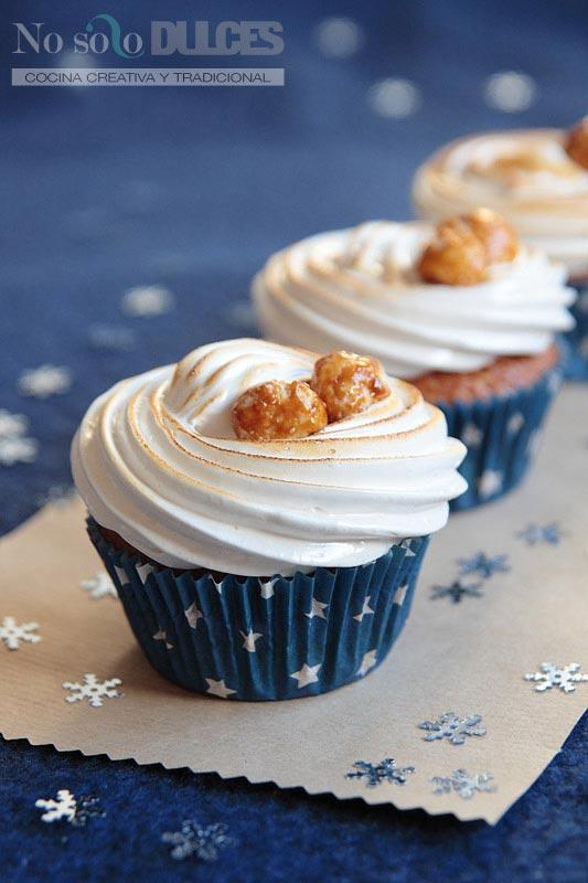 Cupcakes de nuez de macadamia garrapiñada con merengue  suizo [Me encanta la Navidad]