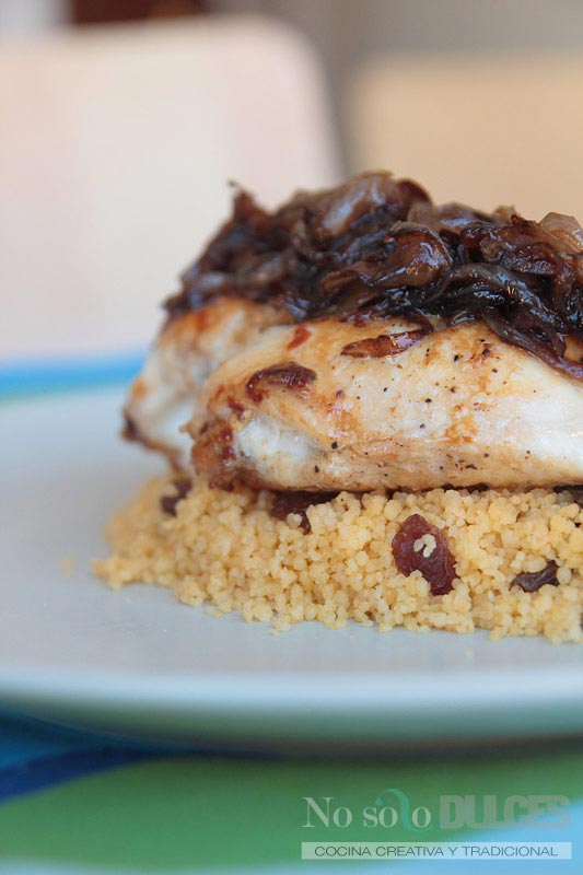 No solo dulces – Pollo a la plancha con cebolla confitada y cuscús con pasas
