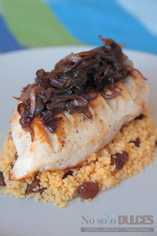 No solo dulces - Pollo a la plancha con cebolla confitada y cuscús con pasas