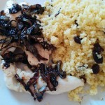 Pollo con cebolla confitada y cuscús con pasas