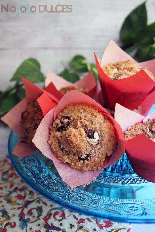 Muffins integrales de arándanos con crumble de canela y avena [Tipo Starbucks]