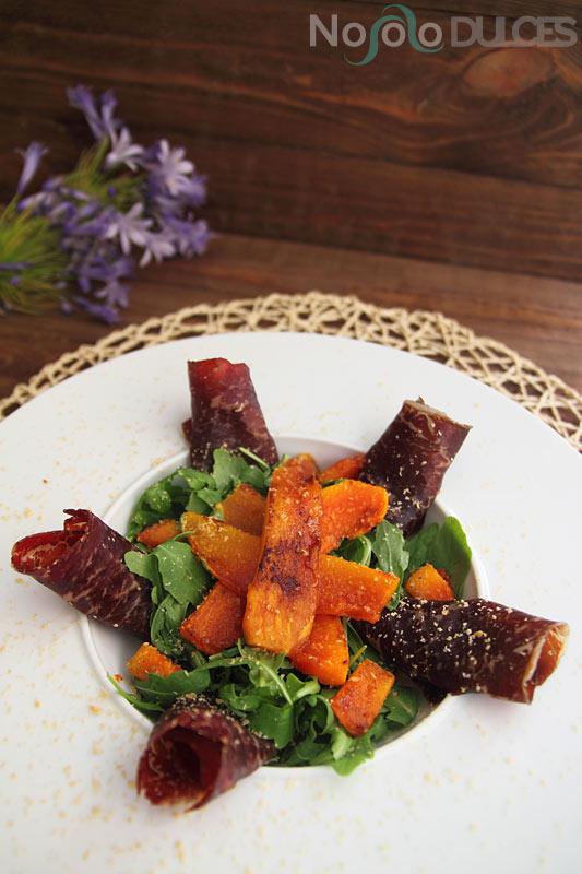 No solo dulces – Ensalada cecina papaya y rúcula