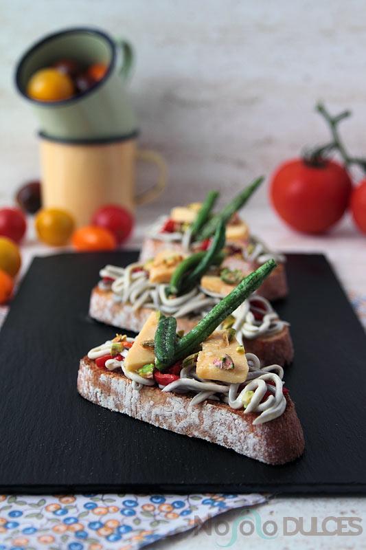 No solo dulces – Canapés fríos para invitados Gulas al ajillo y queso de oveja