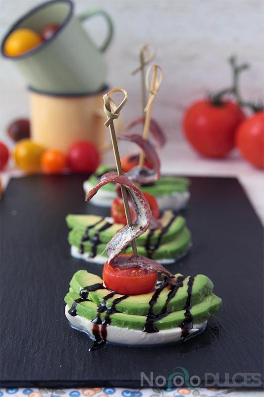 No solo dulces – Canapés fríos para invitados Ensalada de mozzarella, aguacate y anchoas