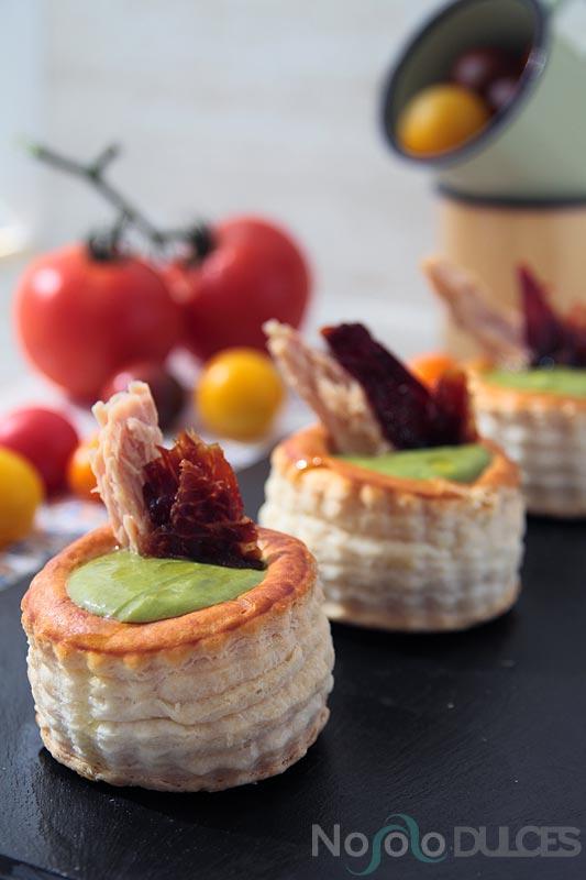 No solo dulces – Canapés fríos para invitados Salmorejo verde, bonito del norte y crujiente de jamón