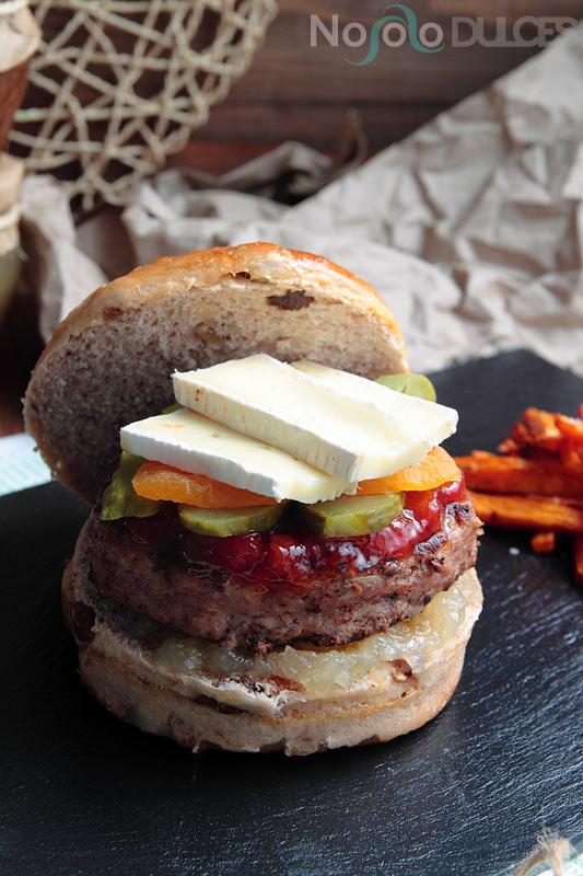 No solo dulces – Hamburguesa quesos franceses y pan de frutos secos