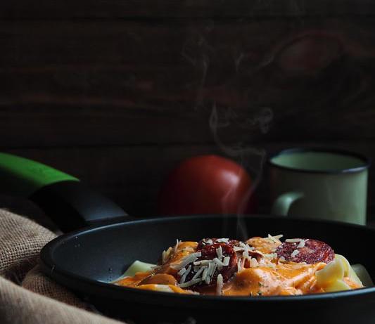 [Receta express] Pappardelle con bechamel de tomate y chorizo