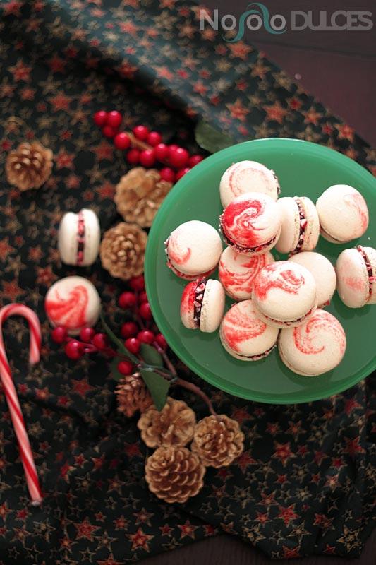 Receta de macarons peppermint simulando los caramelos de menta típicos de las fiestas navideñas