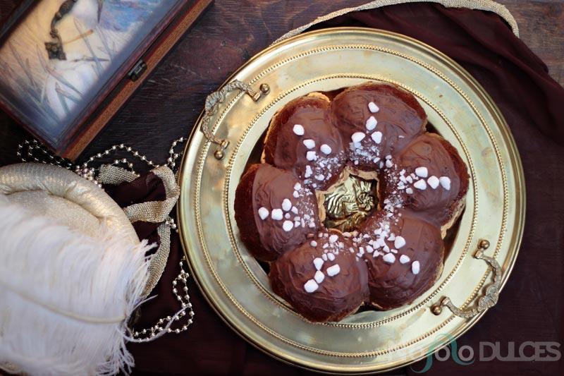 Roscón de reyes de chocolate, dulce de leche y plátano