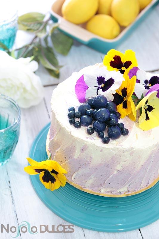 Receta de tarta de arándanos y crema buttercream de limón. Decorada con flores naturales
