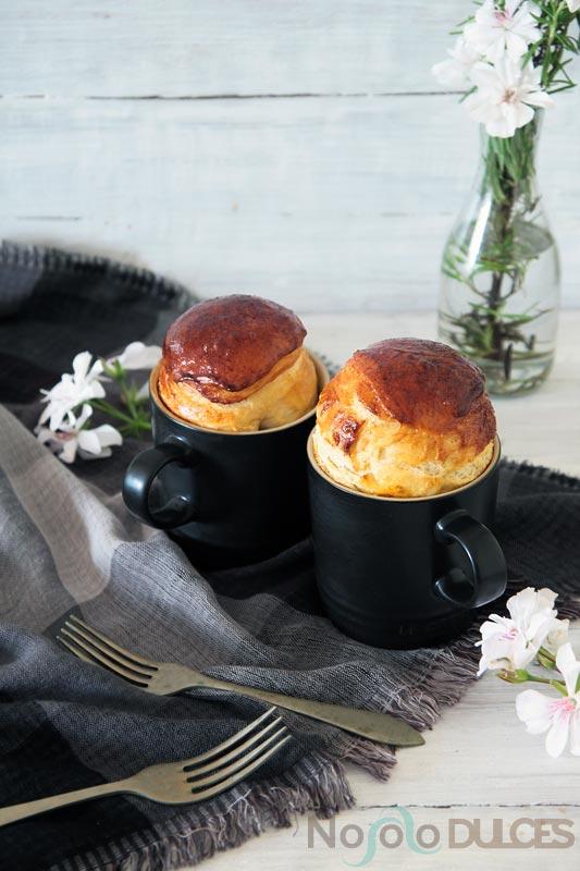 """Receta de brioche esponjoso relleno de jamón york y pasas. Receta hecha en taza de cerámica, estilo """"Mug cake"""""""