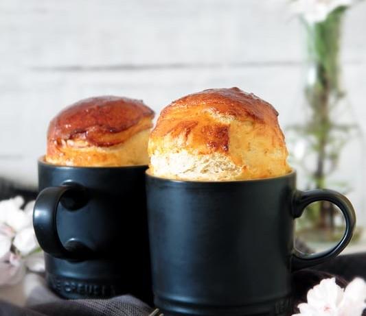 Pan brioche esponjoso de jamón y pasas en taza [Mug cake]