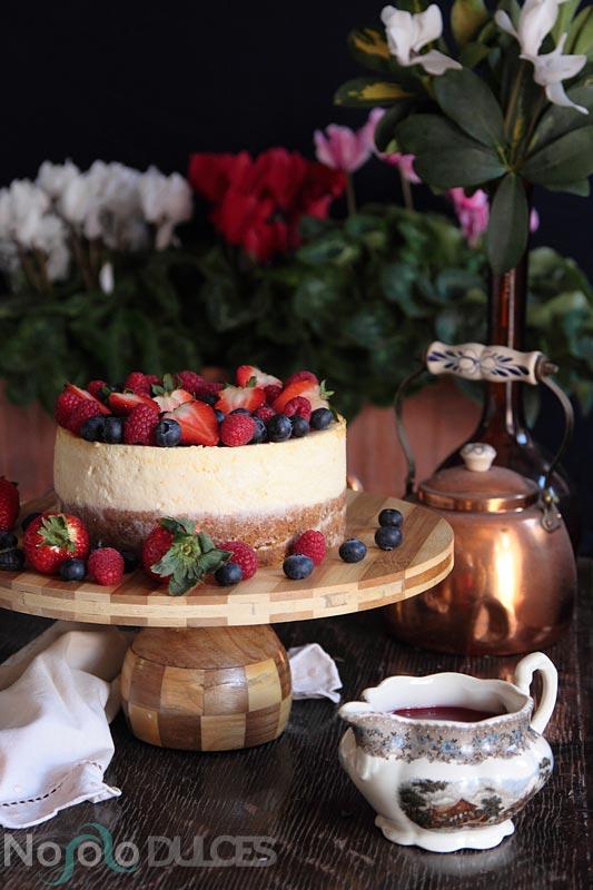 Receta de tarta de queso típica americana con frutos rojos y salsa de fresas ácida. Receta de New York cheesecake con fresas, frambuesas y arándanos