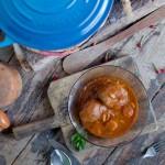 Receta de carrilleras o carrillada de cerdo ibérico con salsa de vinos y verduras con piñones. Receta cocinada en cocotte Le Creuset