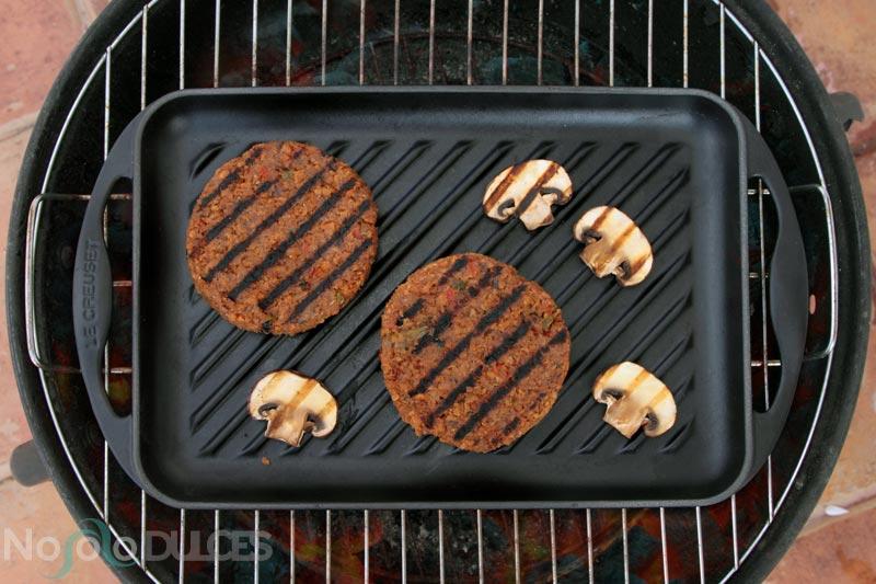 Receta de jugosa hamburguesa vegana de soja texturizada y aliño de verduras e hierbas aromáticas