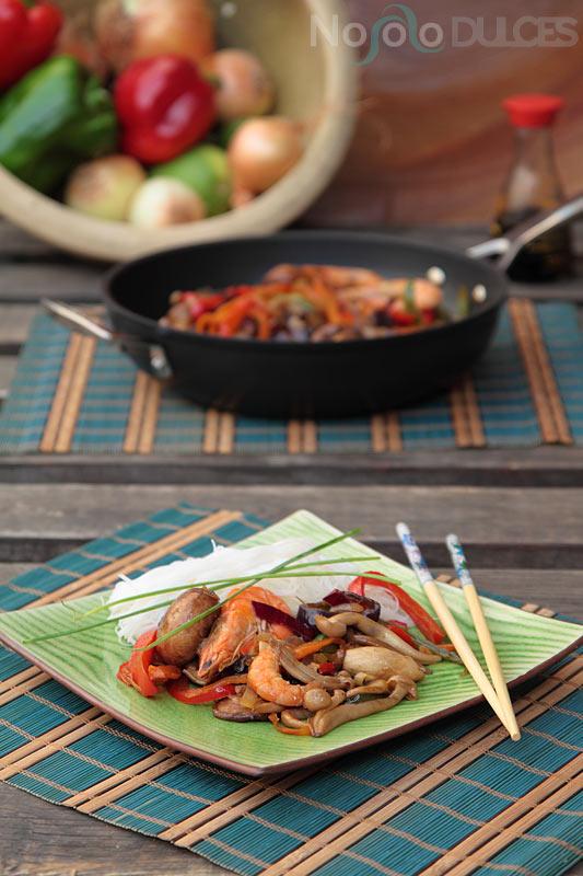 Receta de wok oriental de setas, verduras y langostinos con salsa de soja, sriracha y especias chinas.