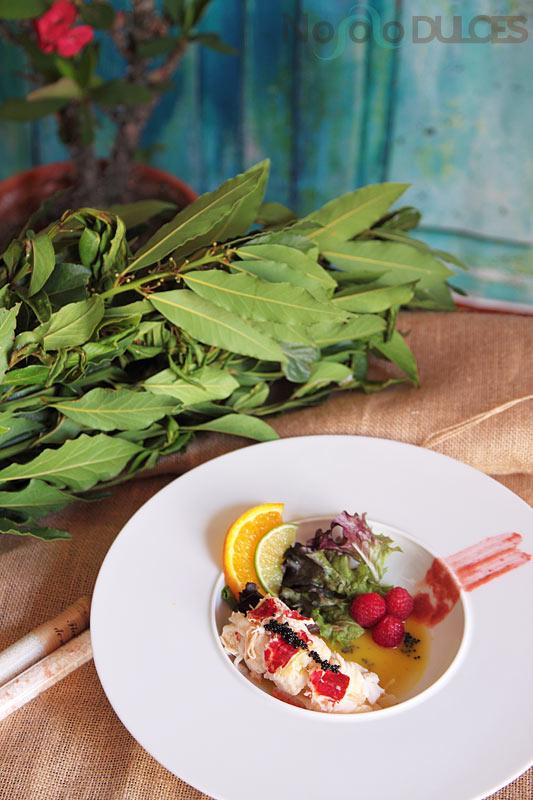 Receta de riquísima ensalada de bogavante con vinagreta de naranja y jengibre, vinagreta de frambuesas y fruta fresca ideal para ocasiones especiales.