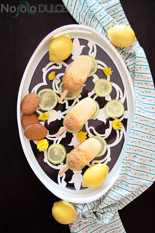 Receta de polos de helado de tarta de limón o lemon pie. Helado muy cremoso con chocolate blanco y galletas