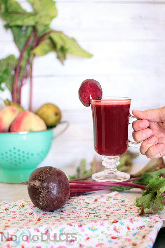 Receta de zumo de remolacha y pera, ideal para tu organismo, rico en vitaminas y minerales y perfecto para combatir el estreñimiento y tomar el sol