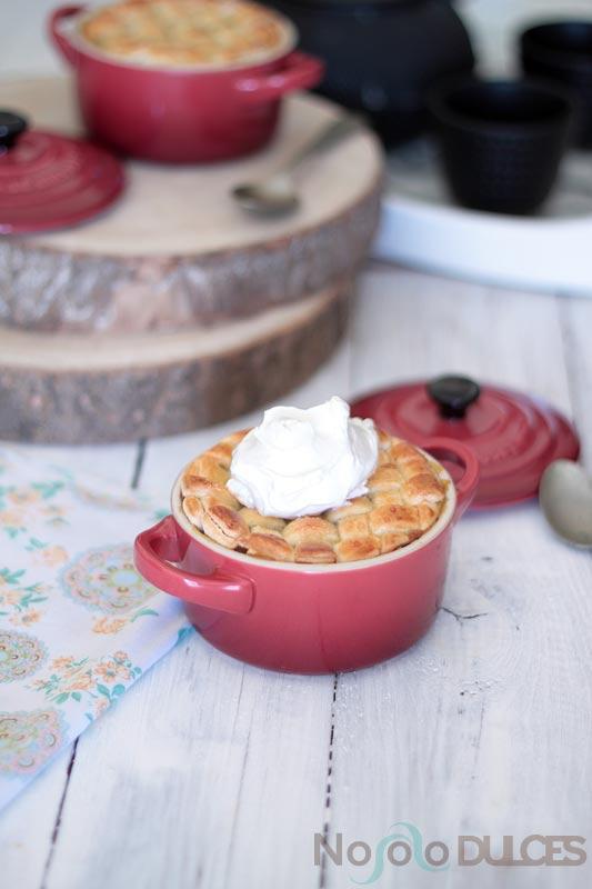 Receta de pastel de mango especiado en mini cocotte. El mango admite muchas especias y en esta ocasión lo preparamos con vainilla, jengibre y cardamomo.