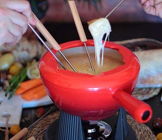 Fondue de queso con cerveza negra y fondue de chocolate blanco especiado