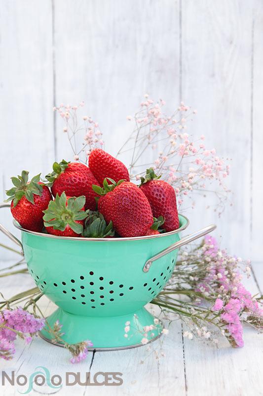 Helado de fresas con vinagre y sirope casero