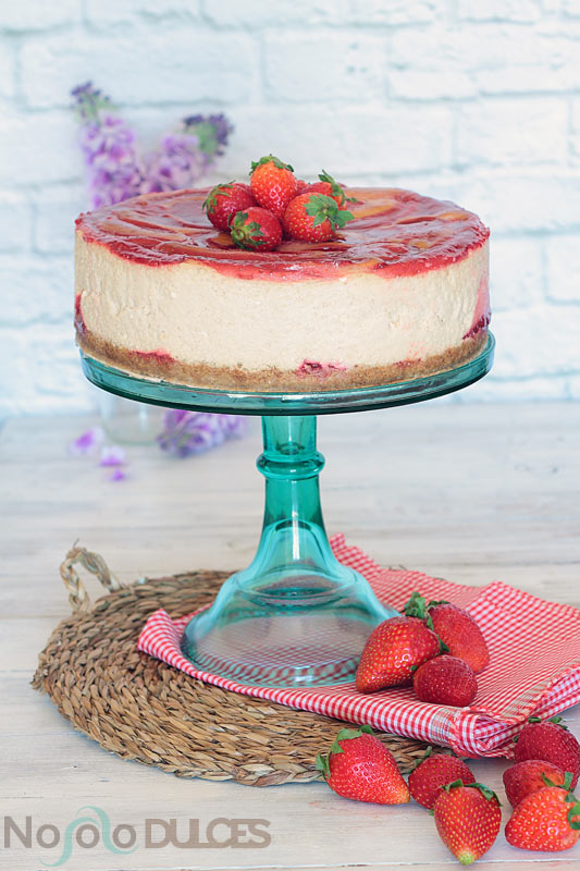 Receta de tarta de queso americana con un suave sabor a mantequilla de cacahuete y coronada con sirope casero de fresas para simular el sandwich americano más famoso.