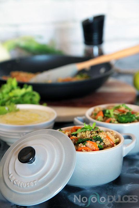 Ensalada de quinoa con verduras y salsa picante de cacahuetes
